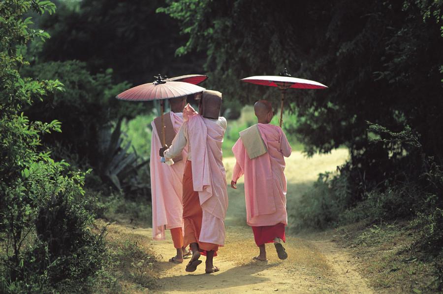 Myanmar, Mingun, Buddhist nuns